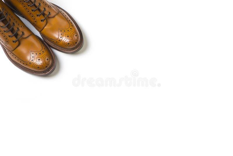 Pares de blanco de lujo separado de Tan Brogue Boots On Pure foto de archivo