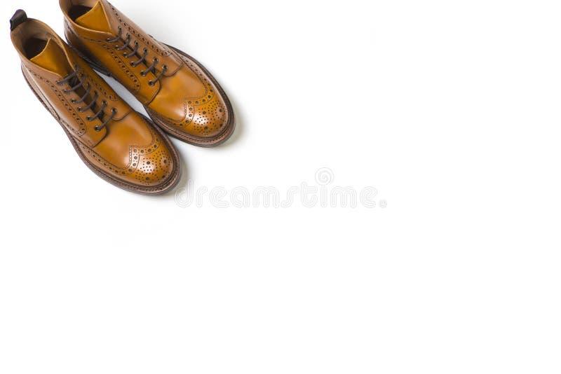 Pares de blanco de lujo separado de Tan Brogue Boots On Pure fotografía de archivo