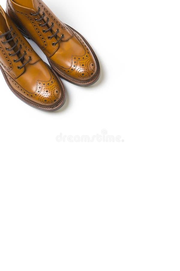 Pares de blanco de lujo separado de Tan Brogue Boots On Pure imagen de archivo