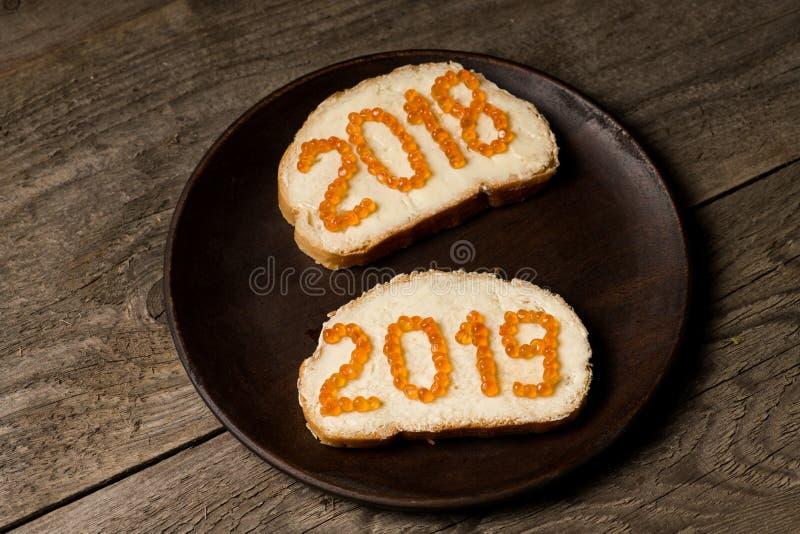 Pares de bocadillos del Año Nuevo 2018 y 2019 con el caviar rojo fotografía de archivo libre de regalías