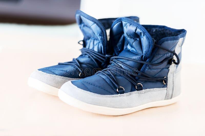 Pares de botas azul marino fotos de archivo libres de regalías