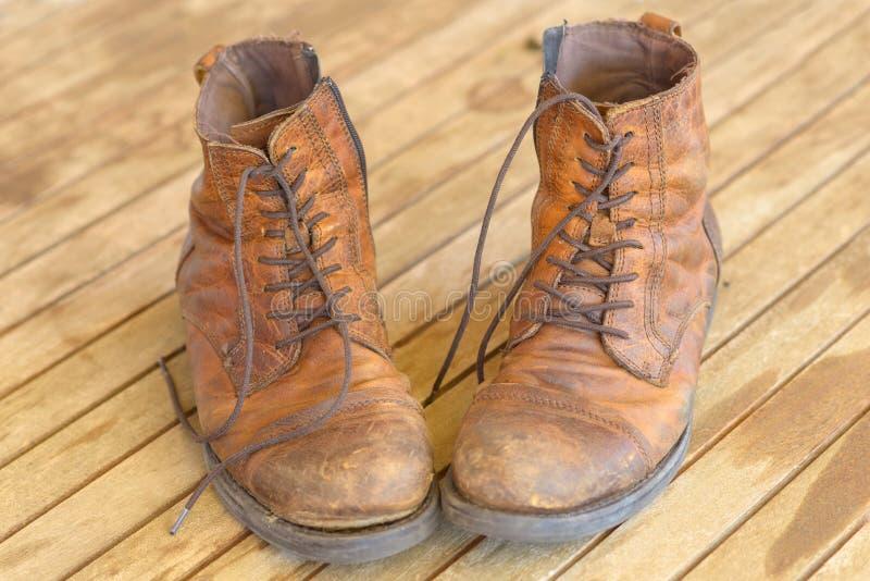 Pares de botas de caminhada de couro marrons gastas velhas foto de stock royalty free