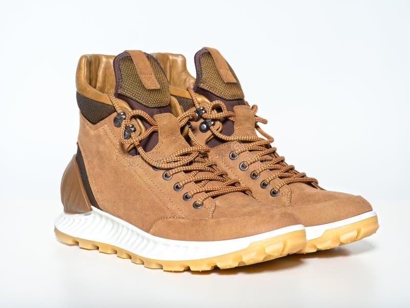 Pares de botas de caminhada novas isoladas no branco imagens de stock