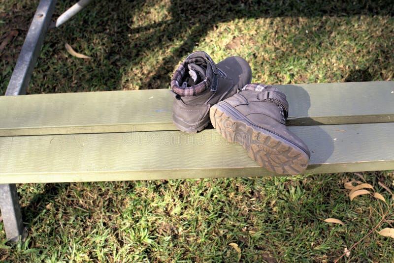 Pares de botas con los calcetines dentro al aire libre foto de archivo
