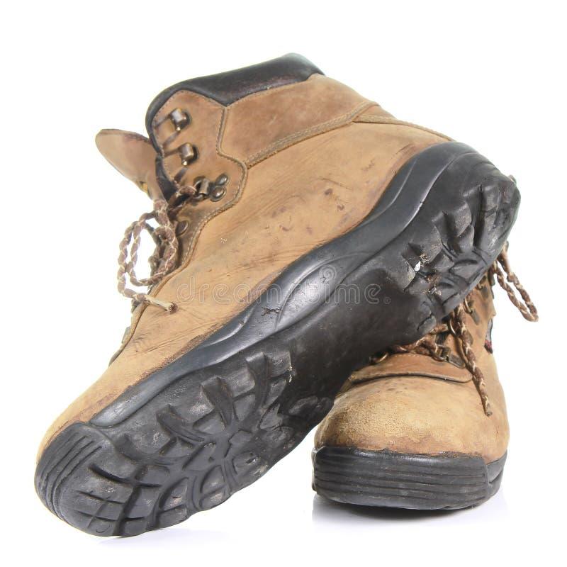 Pares de botas de trabalho amarelas velhas isoladas no fundo branco fotos de stock
