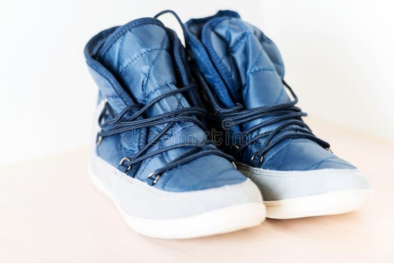 Pares de botas femeninas azul marino con la secuencia de zapato horizontal imagenes de archivo