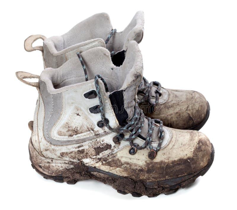 Pares de botas sucias viejas del senderismo foto de archivo libre de regalías