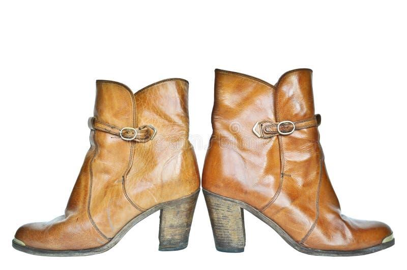 Pares de botas de vaquero de cuero marrones aisladas en blanco foto de archivo