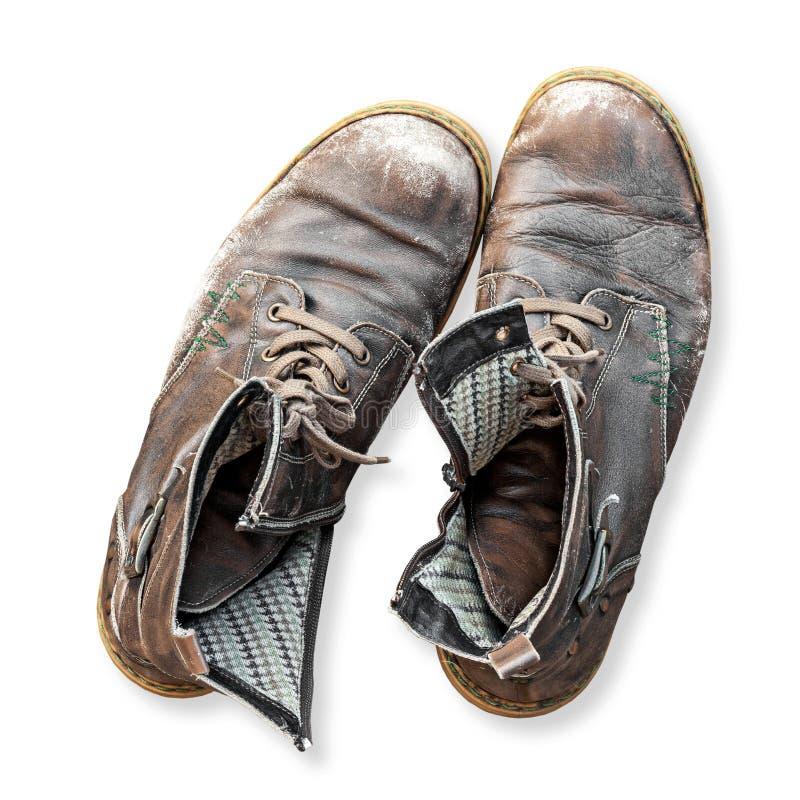 Pares de botas velhas isoladas no fundo branco imagem de stock royalty free