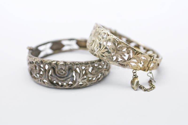 Pares de braceletes da prata do vintage imagens de stock royalty free