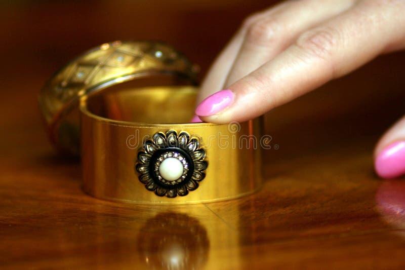 Pares de braceletes victorian do ouro com pérola, diamantes e decoração do ônix foto de stock royalty free