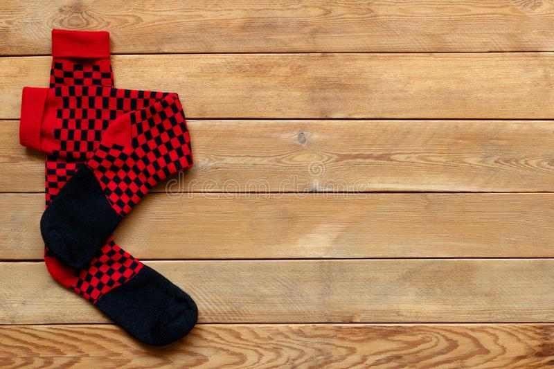 Pares de calcetines coloridos en un fondo de madera imagen de archivo