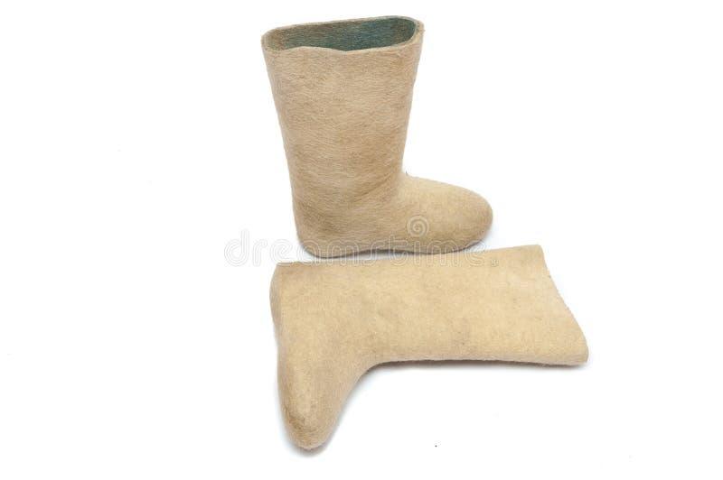Pares de calzado ruso del invierno - botas del fieltro aisladas en b blanco imagen de archivo