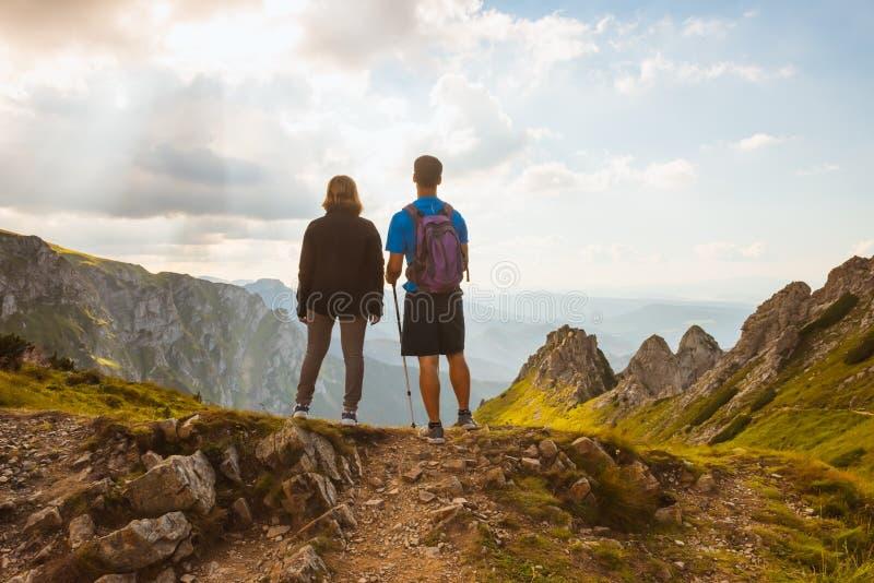 Pares de caminantes encima de la montaña fotos de archivo