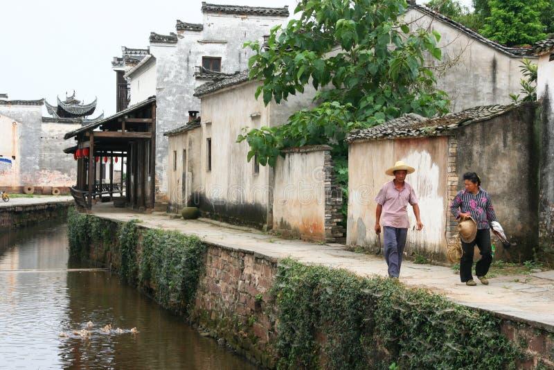 Pares de caminhada dos locals o caminho de pedra pelo canal de um ancie foto de stock royalty free