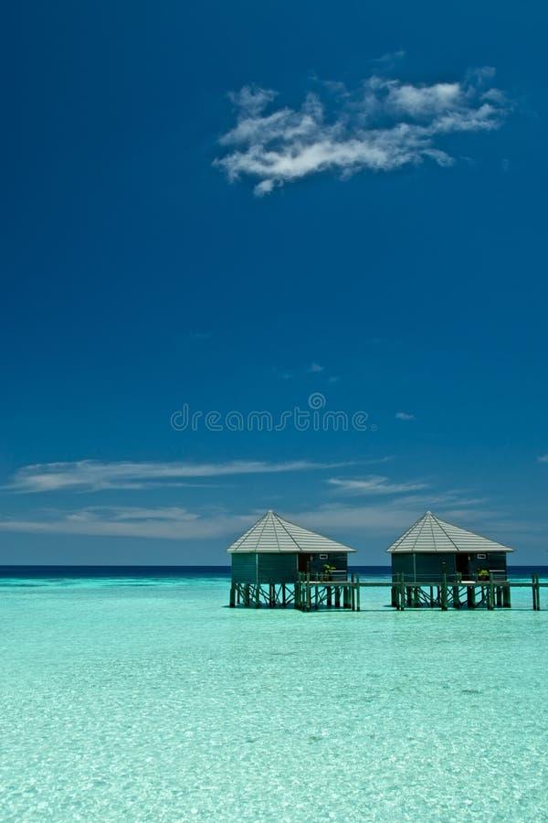 Pares de chalets Maldivas del agua imágenes de archivo libres de regalías
