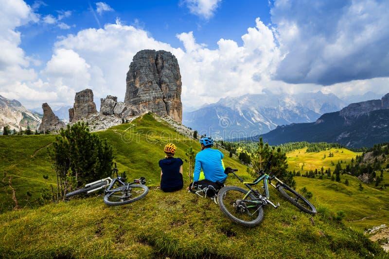 Pares de ciclagem da montanha com as bicicletas na trilha imagens de stock royalty free