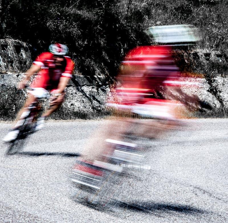 Pares de ciclistas en una raza fotos de archivo