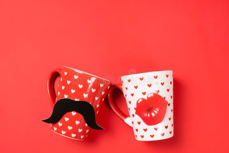 Pares de copos bonitos no vermelho fotos de stock