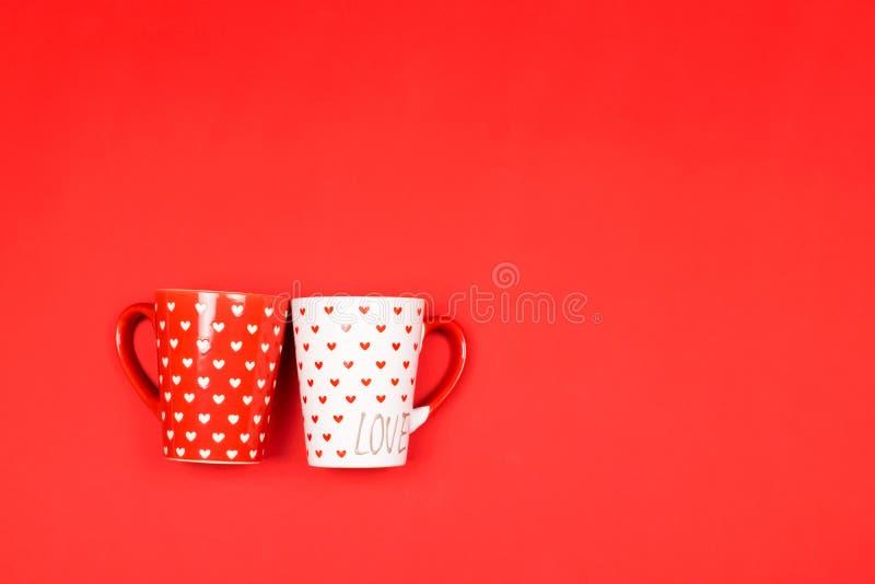 Pares de copos bonitos no vermelho foto de stock royalty free