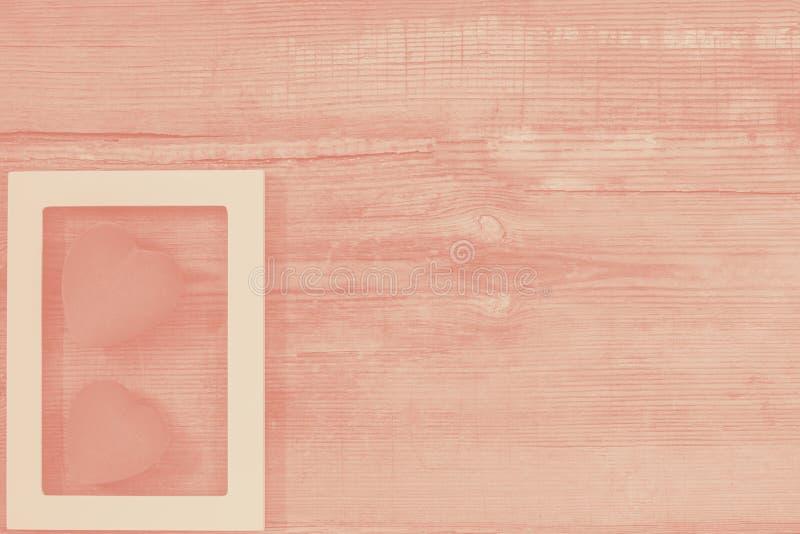 Pares de cora??es vermelhos no quadro branco na tabela de madeira do vintage, vista superior Fundo do dia de Valentim de Saint, c fotografia de stock royalty free