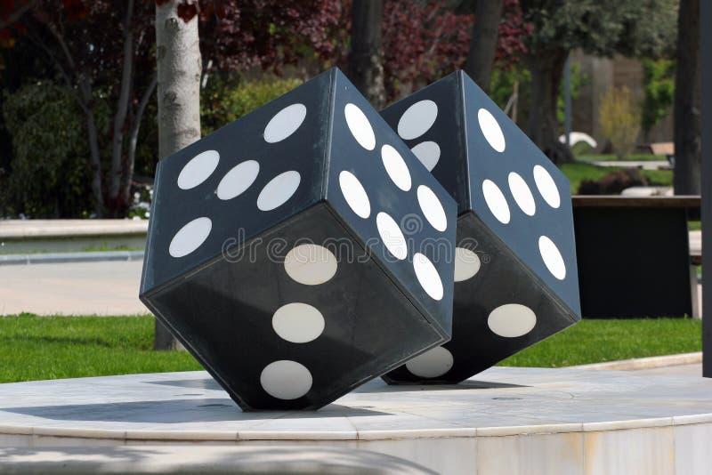 Pares de dados de piedra en un parque público, Baku, Azerbaijan fotos de archivo
