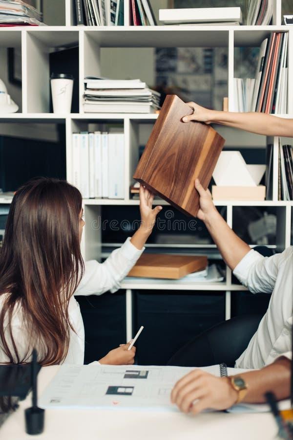 Pares de desenhistas novos que trabalham no escritório moderno imagens de stock royalty free