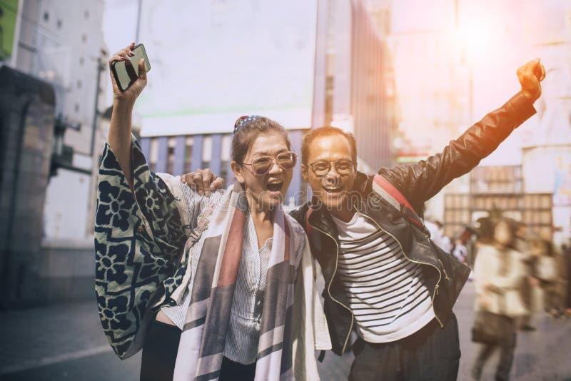 Pares de emoção asiática da felicidade do viajante no dotonbori a maioria de destino de viagem popular em osaka japão fotografia de stock royalty free