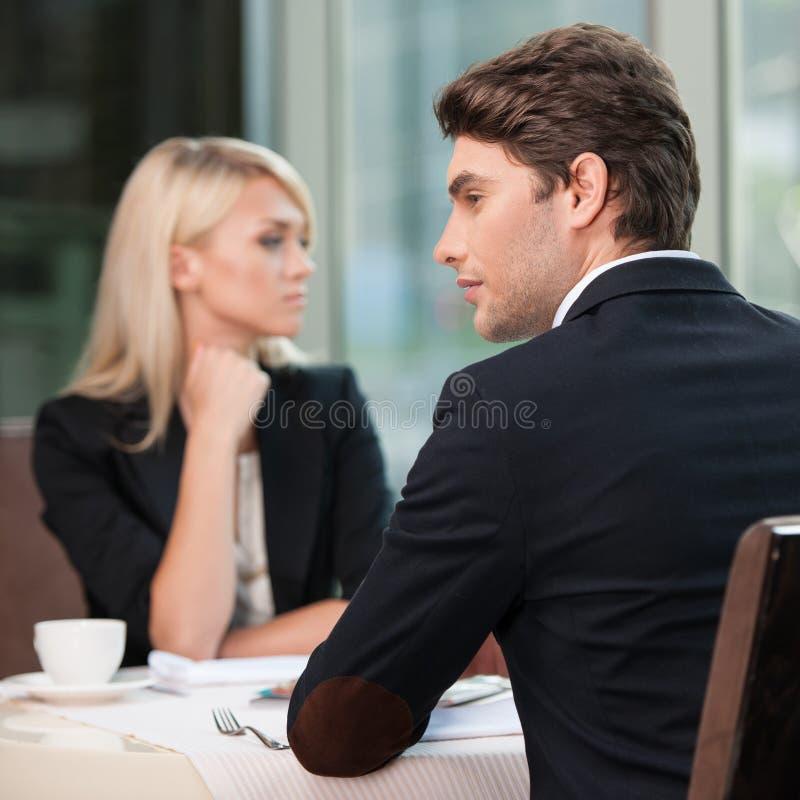 Pares de empresários que olham em lados diferentes. fotos de stock