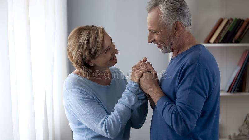 Pares de envelhecimento felizes que olham se e que sorriem, relacionamento confiante fotografia de stock royalty free