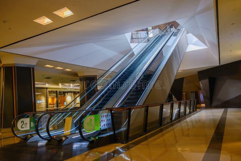 Pares de escaleras móviles subterráneos imagen de archivo libre de regalías