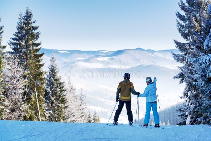 Pares de esquiadores no recurso do inverno imagens de stock
