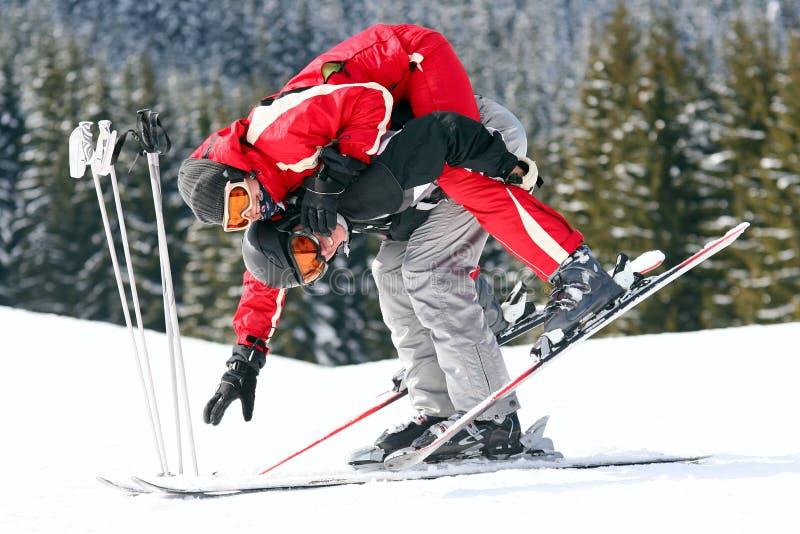 Pares de esquiadores que têm o divertimento imagens de stock