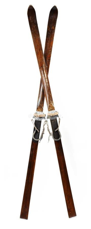 Pares de esquis alpinos de madeira velhos fotografia de stock royalty free