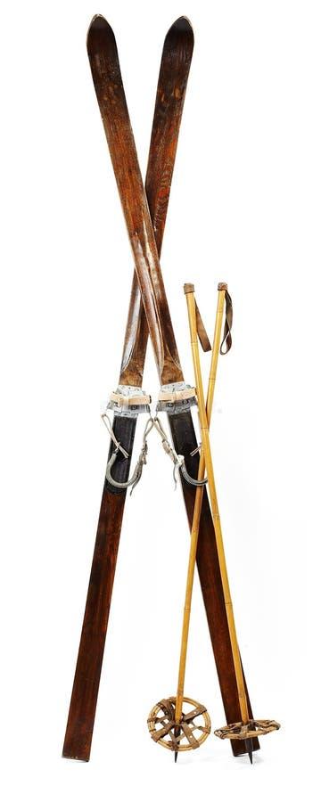 Pares de esquis alpinos de madeira velhos imagens de stock royalty free