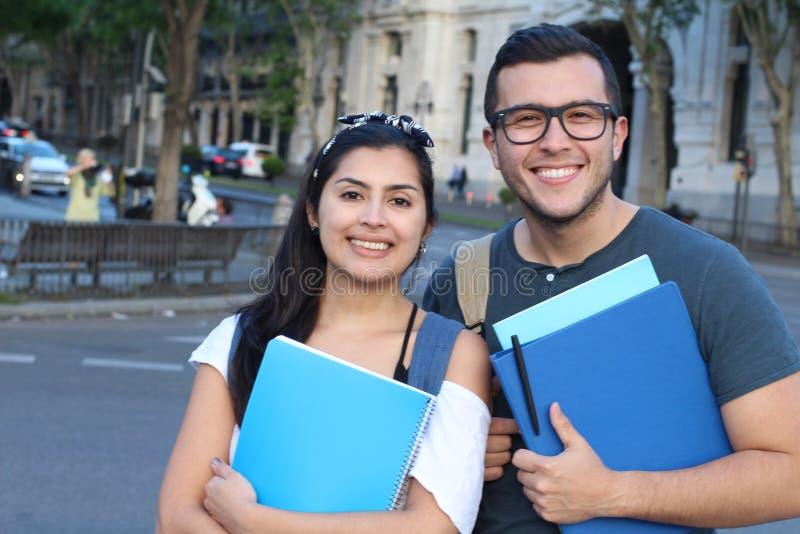 Pares de estudantes internacionais no exterior fotografia de stock royalty free