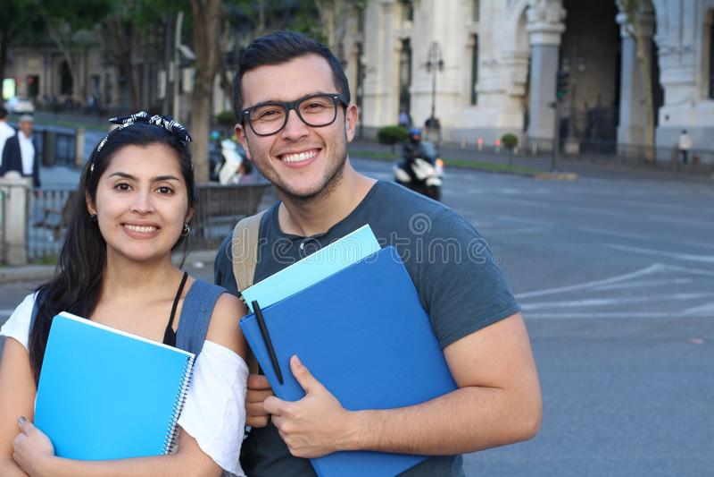 Pares de estudantes na rua foto de stock royalty free