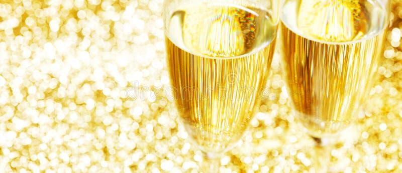 Pares de flautas de champán en fondo brillante foto de archivo