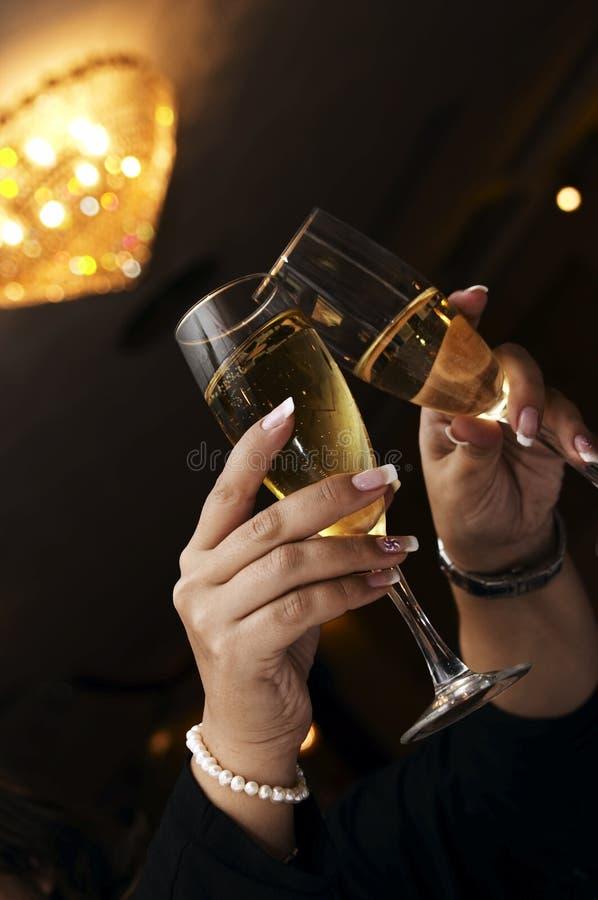 Pares de flautas de champanhe fotos de stock