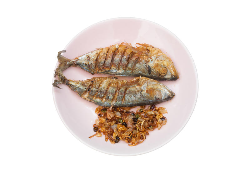 Pares de Fried Salted Mackerel com Fried Shallot e o pimentão na placa, isolados imagem de stock