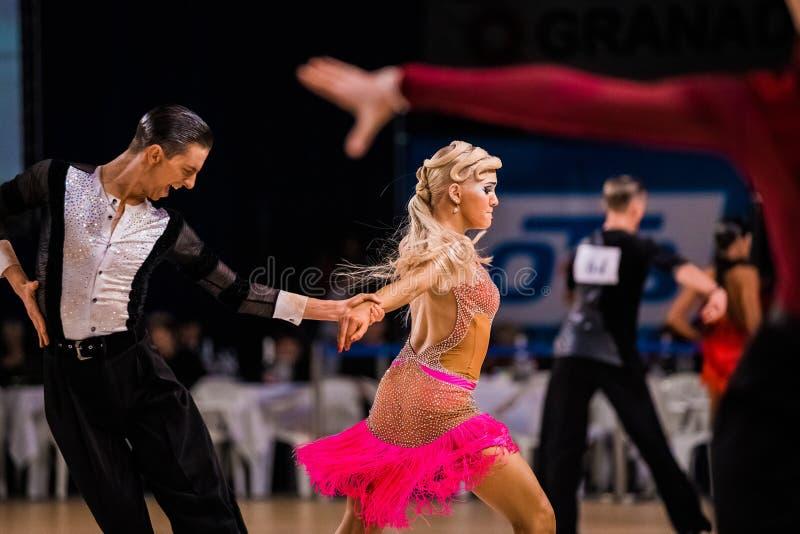 Pares de funcionamiento profesional de los bailarines en la danza de salón de baile fotografía de archivo libre de regalías