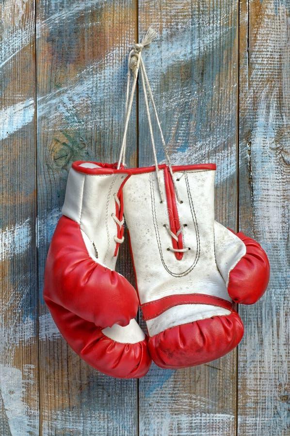 Pares de guantes de boxeo viejos fotografía de archivo