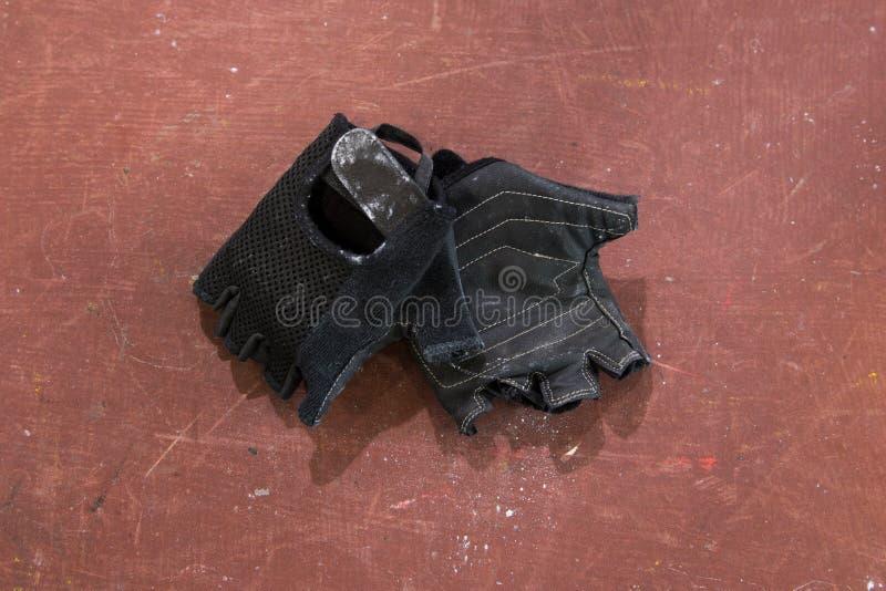 Pares de guantes negros del levantamiento de pesas y de la aptitud, accesorio Equipo del gimnasio fotos de archivo