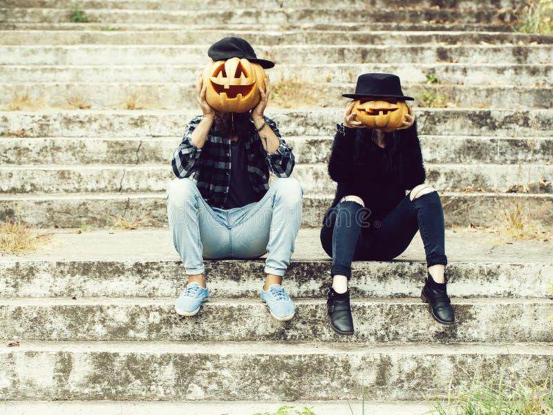 Pares de Halloween con la calabaza fotos de archivo