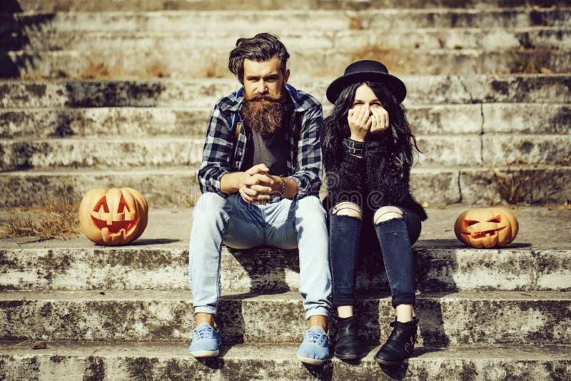 Pares de Halloween con la calabaza imagen de archivo