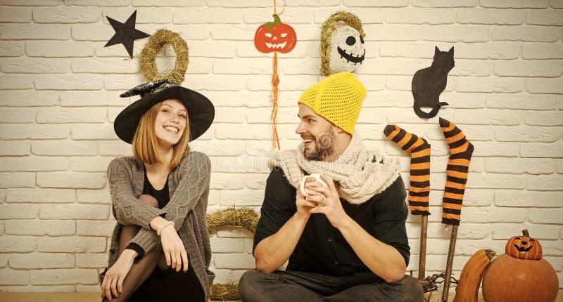 Pares de Halloween en el amor que sonríe en la pared de ladrillo fotografía de archivo