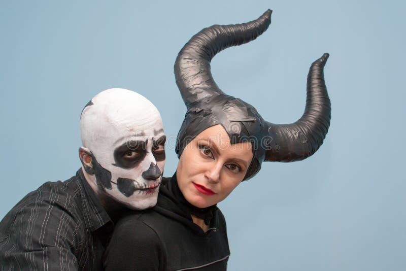 Pares de Halloween en trajes tradicionales y maquillaje fotos de archivo libres de regalías