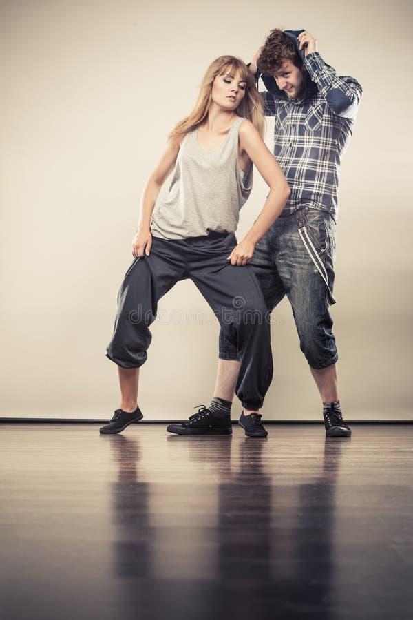 Pares de hip-hop da dança do homem novo e da mulher imagens de stock
