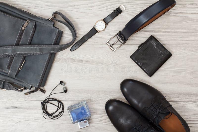 Pares de hombres de cuero negros \ 'zapatos de s, bolso de cuero para los hombres y accesorios imagenes de archivo