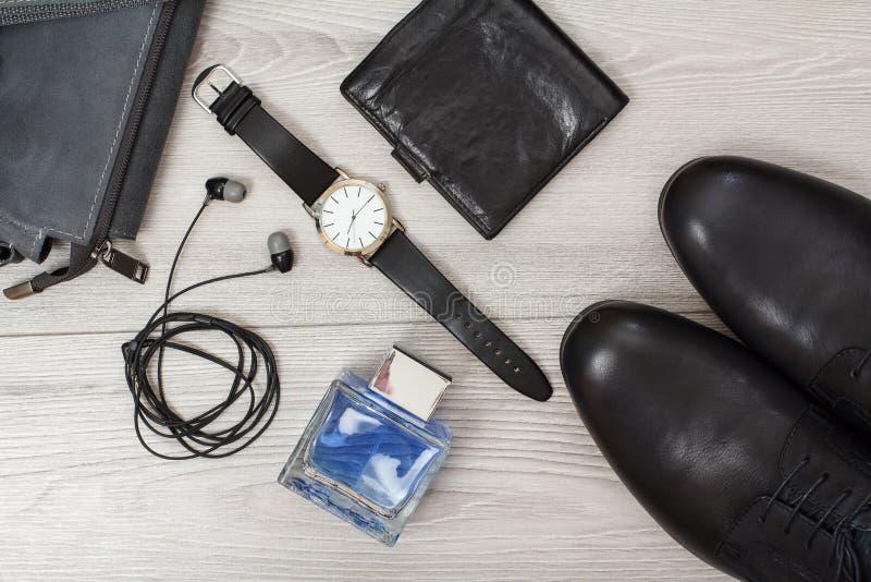 Pares de hombres de cuero negros \ 'zapatos de s, reloj, bolso de cuero para los hombres y accesorios fotografía de archivo libre de regalías